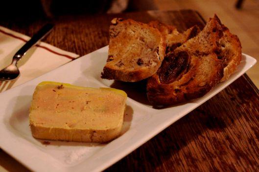 Foie gras et pain aux figues fraiches et noix